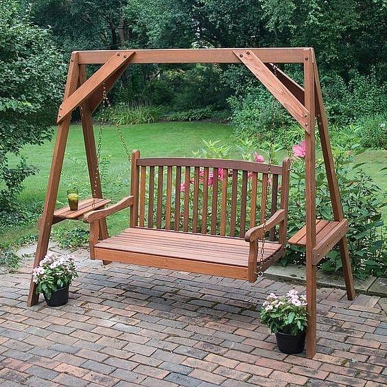 Декоративная скамейка в саду