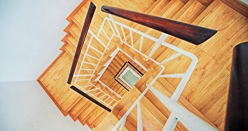 Вид сверху на деревянную лестницу