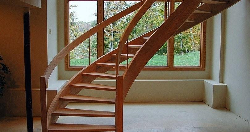 Скругленная лестница из лиственницы