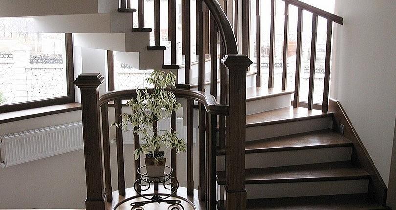 Скругленная лестница из ясеня